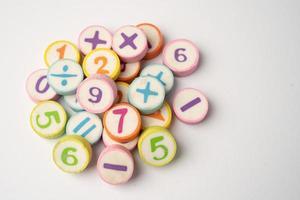 número matemático colorido em fundo branco, foto