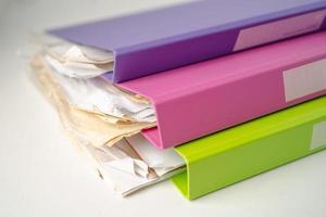 pilha de fichário de pasta de arquivo de várias cores na mesa no escritório. foto