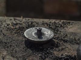 tampa do bule de argila preto após o cozimento. foto