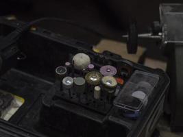 um conjunto de bicos para uma broca em uma caixa especial. ferramenta de processamento de metal foto