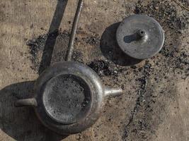yixing pote de barro de cor preta após a queima. bule de argila artesanal foto