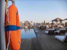 bóia salva-vidas laranja perto de piscina pública foto