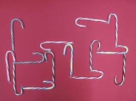 figura abstrata de cana-de-caramelo colorido em um fundo rosa foto