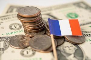 pilha de moedas com bandeira da itália foto