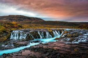 pôr do sol com cachoeira única - bruarfoss foto
