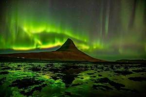paisagem da Islândia à noite com aurora foto