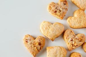 biscoitos em forma de coração em fundo branco foto