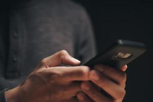 homem usando um smartphone na Internet, pesquisando, navegando, mídias sociais foto