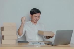 homem vendendo online em casa ideias para pequenas empresas foto