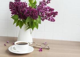 buquê de flores lilás em um vaso foto