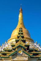 pagode mahazadi com céu azul em bago foto