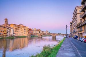 a cidade de florença e o rio arno na toscana foto