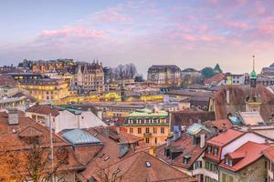 horizonte da cidade de lausanne na suíça foto