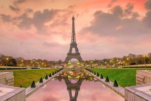 torre eiffel ao nascer do sol nas fontes do trocadero em paris foto