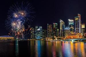 Horizonte da cidade de Cingapura e lindos fogos de artifício foto