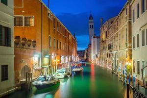 canal em veneza itália à noite foto