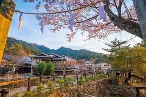 antiga vila com sakura em miyajima foto