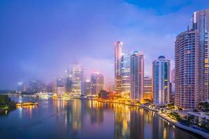 horizonte da cidade de Brisbane e rio de Brisbane ao entardecer foto