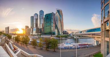 arranha-céus modernos do horizonte da cidade de Moscou foto