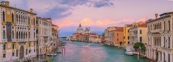 grande canal em veneza, itália com a basílica santa maria della salute foto