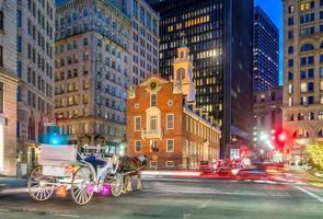 Old State House e um carro em movimento borrado ao entardecer em Boston foto