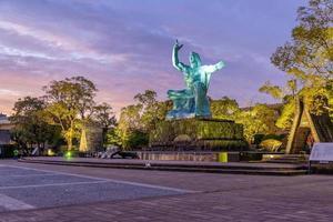 estátua da paz no parque da paz de nagasaki, nagasaki, japão foto