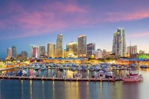 panorama do horizonte de Miami ao entardecer foto