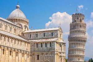 a torre inclinada, cidade de pisa, horizonte da cidade no centro da cidade na itália foto