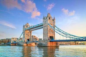 horizonte de Londres com a ponte da torre ao entardecer foto