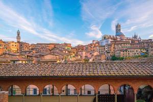 horizonte do centro de siena na itália foto
