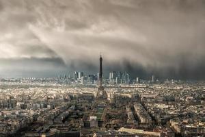 horizonte de paris com torre eiffel com tempestade de neve foto