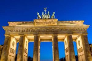 o portão de brandenburgo em berlim à noite foto