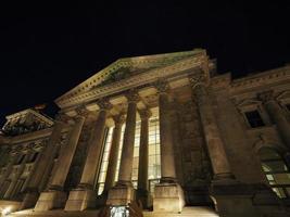 Parlamento Bundestag em Berlim à noite foto