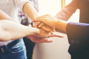 close-up das mãos da equipe de negócios mostrando unidade foto