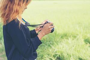 mulher com câmera retro, estilo de vida moderno foto