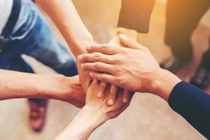 equipe de negócios de mãos mostrando unidade ao colocar as mãos juntas foto