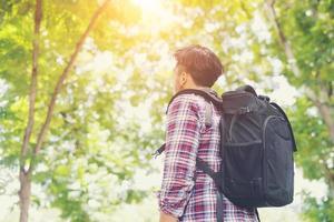 homem viajante moderno olhando para a natureza aproveitando o clima fresco foto