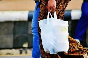 comprando com sacola plástica foto