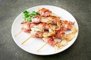 bacon embrulhado com agulha dourada de cogumelo foto