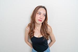 retrato linda mulher asiática com raiva, estresse, preocupação ou reclamação sobre fundo branco foto
