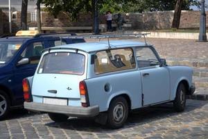 carro velho azul claro estacionado em uma rua de Budapeste foto