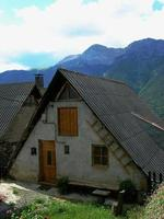 casa típica com seu telhado preto e declive exagerado foto