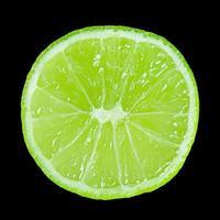 fatia de limão isolada em um fundo preto foto