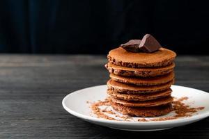 pilha de panqueca de chocolate com chocolate em pó foto