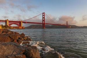 ponte Golden Gate iluminada ao nascer do sol, São Francisco, EUA foto