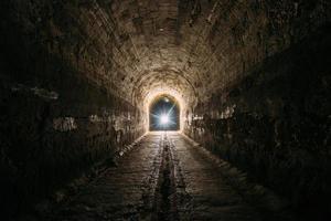 escuro e assustador túnel rodoviário subterrâneo histórico abobadado foto