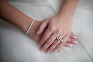 anéis de noiva com diamantes, preparações para casamento, oferta de casamento foto