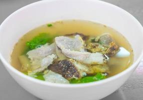 porco com vegetais na sopa foto