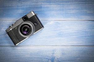 câmera no fundo da mesa de madeira azul foto