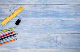 vista de cima, lápis, borracha e régua em fundo azul foto